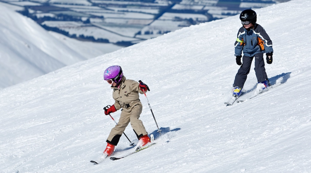 Mount Hutt Skifield featuring snow, snow skiing and mountains