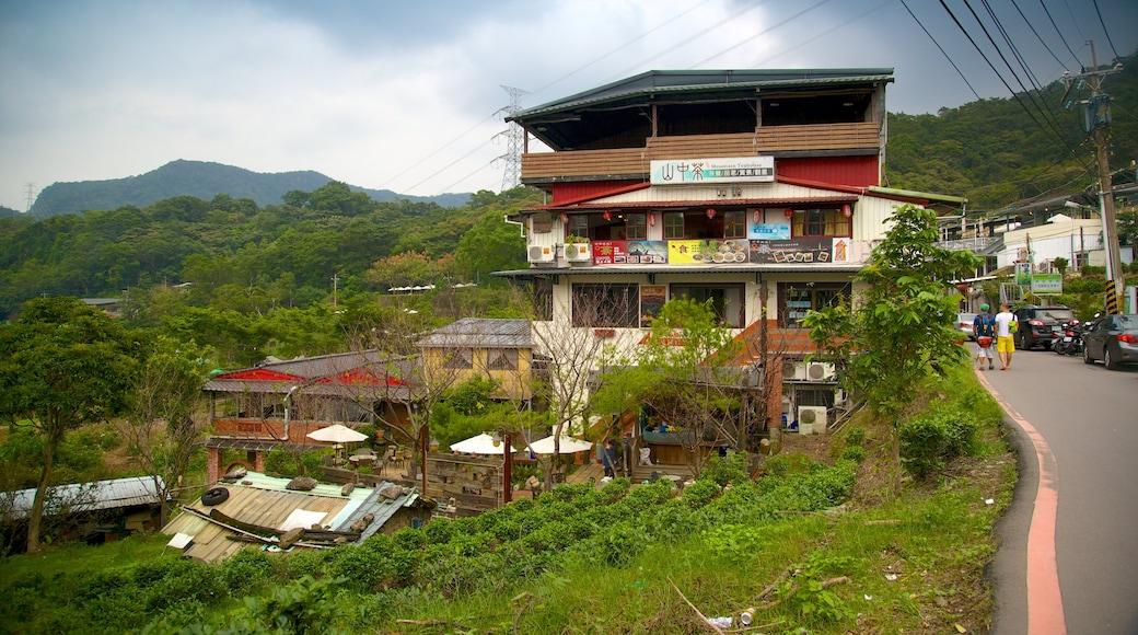 Taipeh mit einem Kleinstadt oder Dorf und Berge