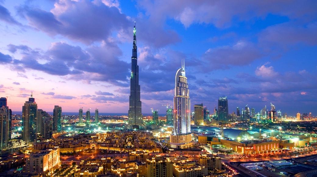 Emirato di Dubai mostrando casa a torre, architettura moderna e tramonto