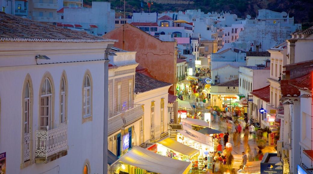 Albufeira que incluye una localidad costera, vida nocturna y un pueblo