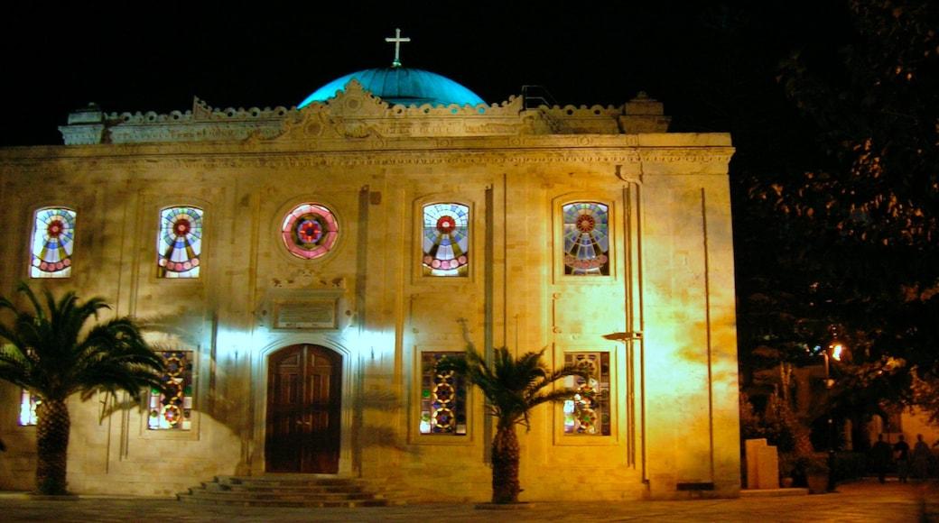 Heraklion mit einem Kleinstadt oder Dorf, bei Nacht und historische Architektur