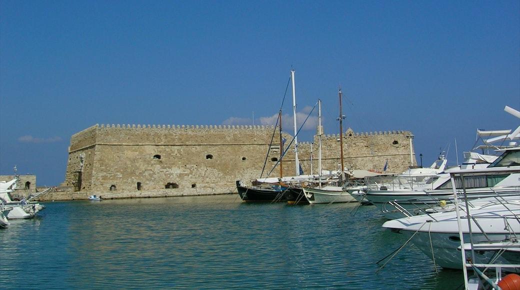 Heraklion mit einem historische Architektur, Bucht oder Hafen und Marina