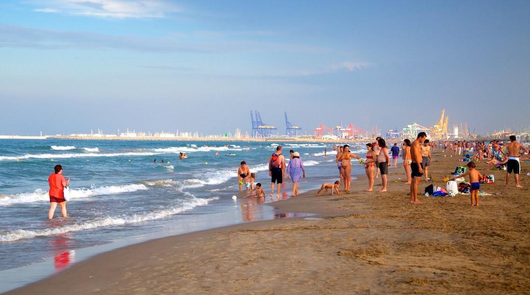 Playa de la Malvarrosa toont een kuststadje, een zandstrand en zwemmen