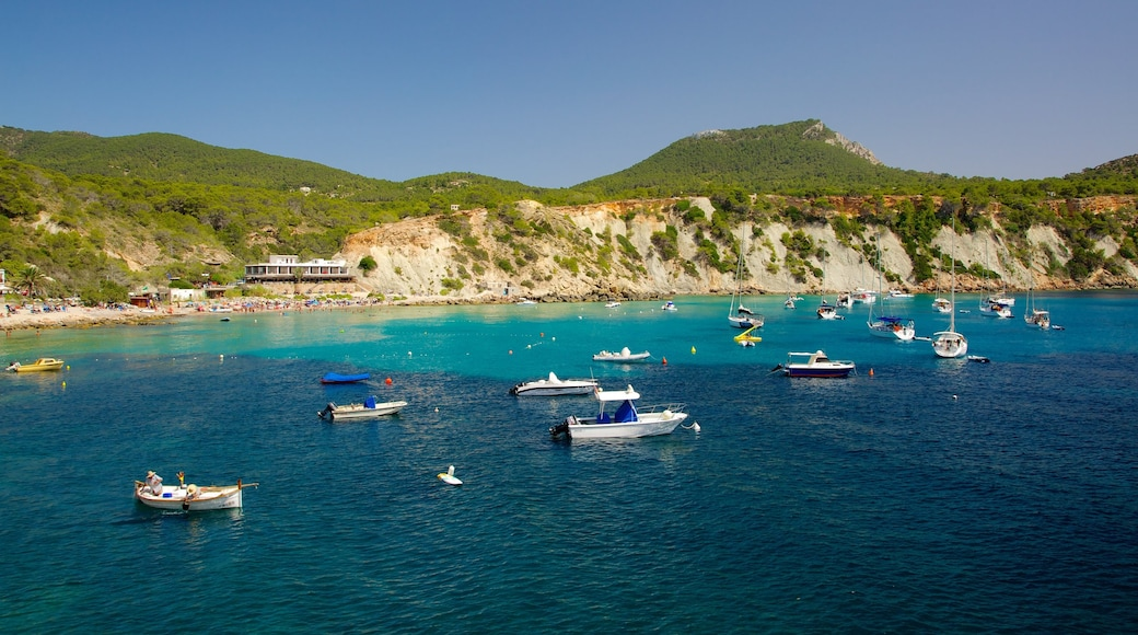 Playa de Cala d\'Hort que incluye paseos en lancha, vistas de paisajes y una ciudad costera