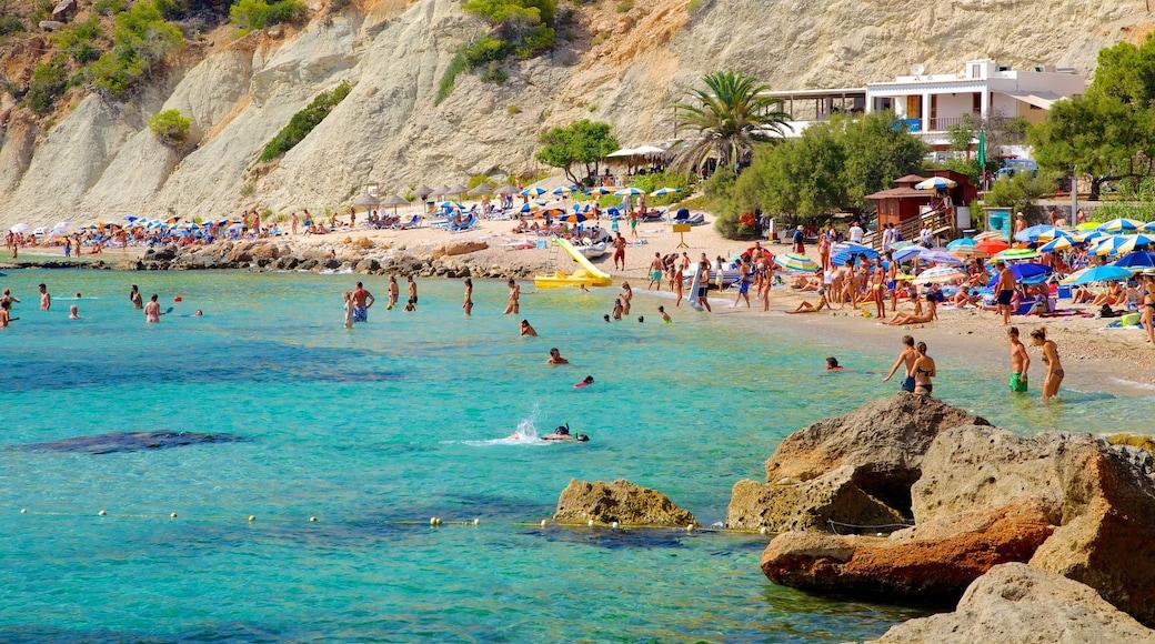 Spiaggia Cala d\'Hort che include località costiera, nuoto e spiaggia sabbiosa
