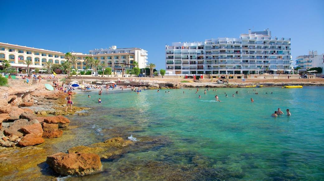 Playa de Caló des Moro ofreciendo un hotel o complejo turístico de lujo, natación y coral