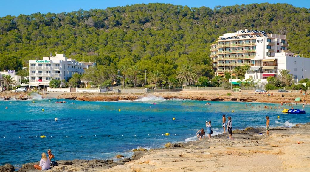 Isla de Ibiza que incluye litoral accidentado, un hotel o complejo turístico de lujo y una playa