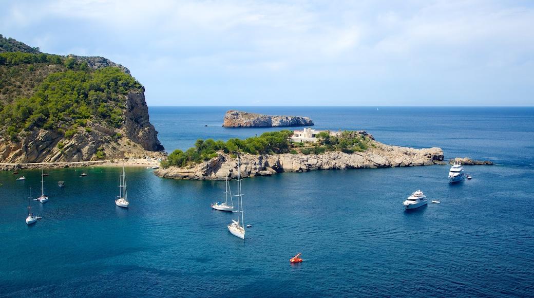 Cova de Can Marçà welches beinhaltet allgemeine Küstenansicht, Bucht oder Hafen und Landschaften