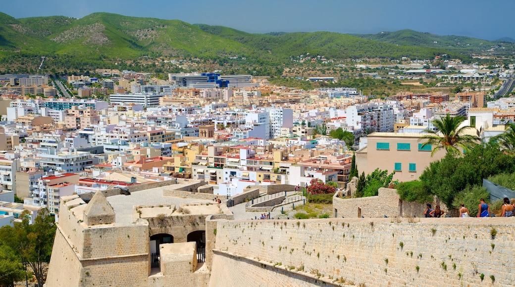 Ibiza toont historische architectuur en een stad