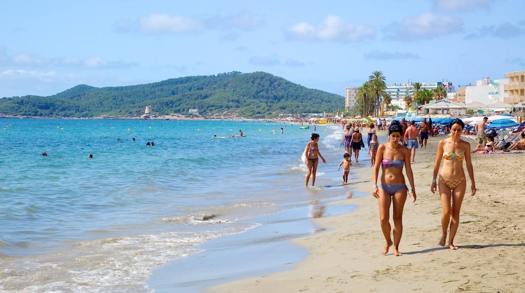 Playa d\'en Bossa toont een zandstrand, een luxueus hotel of resort en zwemmen