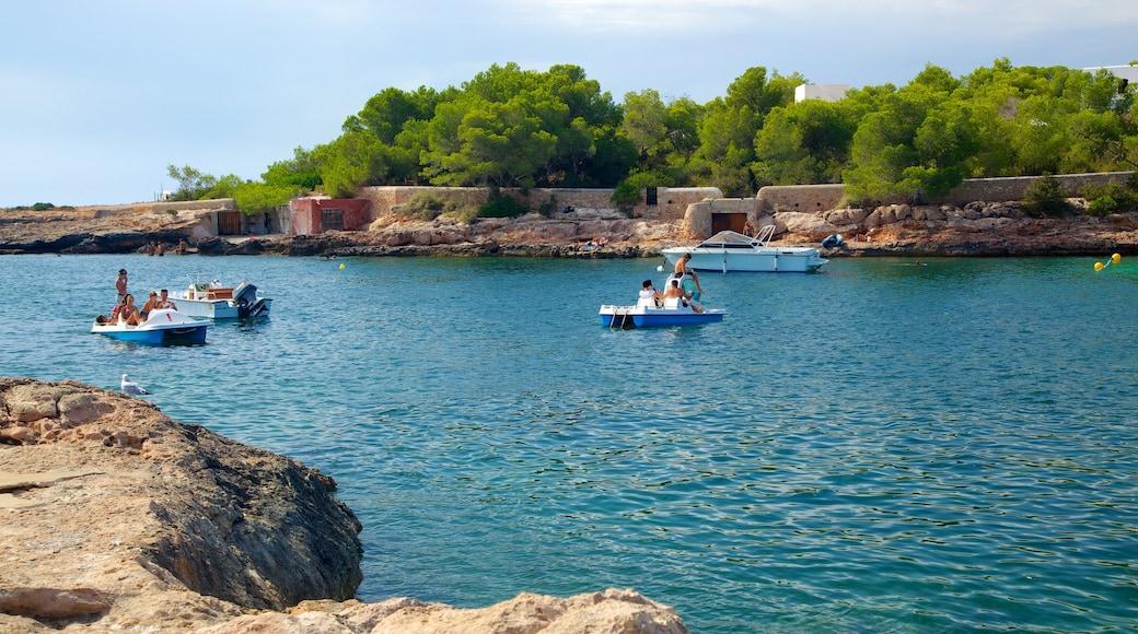 Cala Gració ofreciendo vistas de una costa, litoral rocoso y embarcaciones