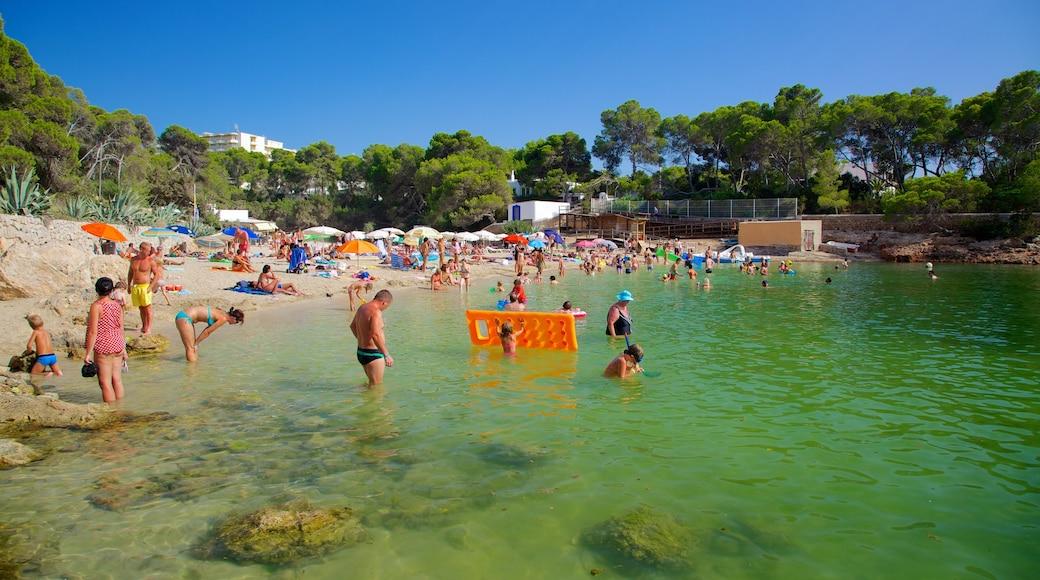Cala Gració que incluye una localidad costera, natación y una playa de arena