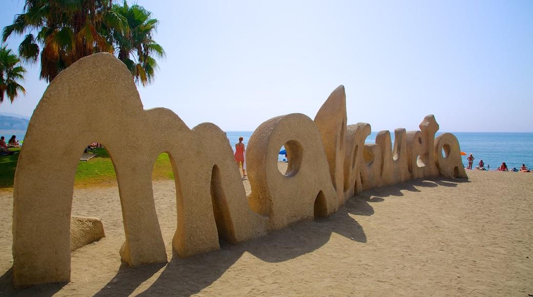 Playa de la Malagueta som visar skyltar och en sandstrand