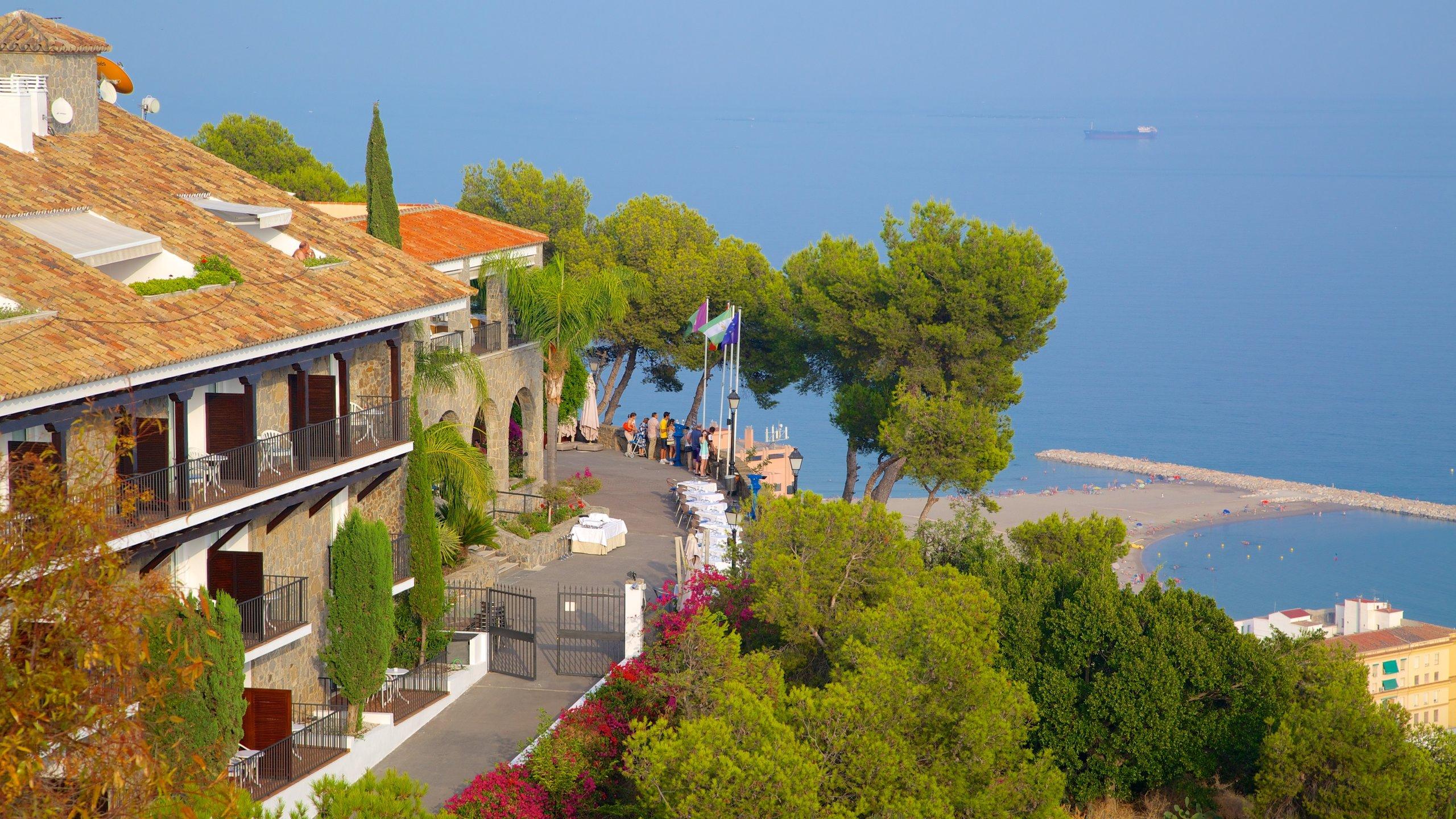 O ponto de referência mais famoso de Málaga fica no topo de uma montanha e oferece vistas panorâmicas da cidade e do Mar de Alborão, que se estende até a África.