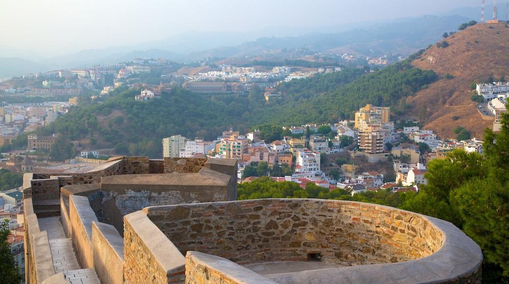 Castelo de Gibralfaro mostrando neblina, um pequeno castelo ou palácio e arquitetura de patrimônio