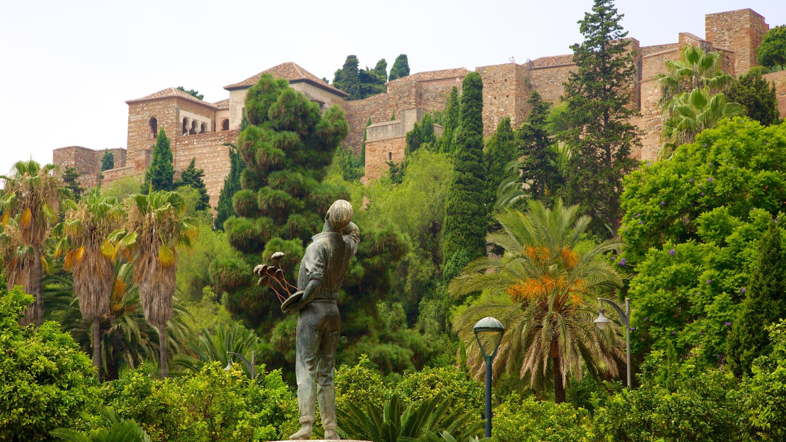 Explore a residência esplendidamente decorada dos sultões árabes e outros governantes nessa fortaleza de mil anos construída sobre as ruínas de um povoado romano.