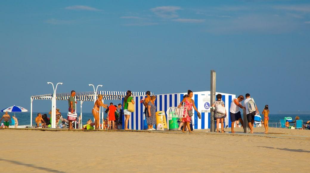 Playa de la Malvarrosa welches beinhaltet Strand sowie große Menschengruppe
