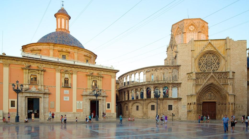 Plaza de la Virgen toont een plein, historische architectuur en een kerk of kathedraal