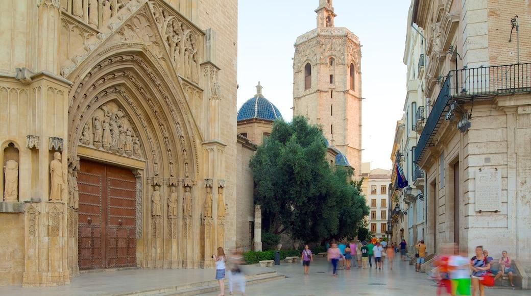 Plaza de la Virgen toont historische architectuur, een stad en straten
