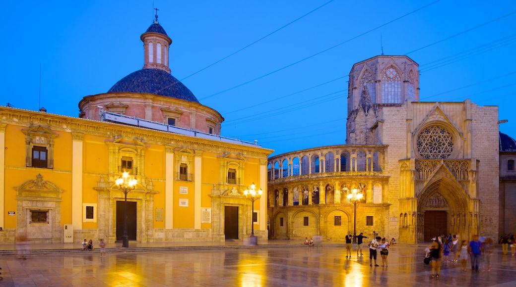 Plaza de la Virgen toont historische architectuur, een plein en een stad
