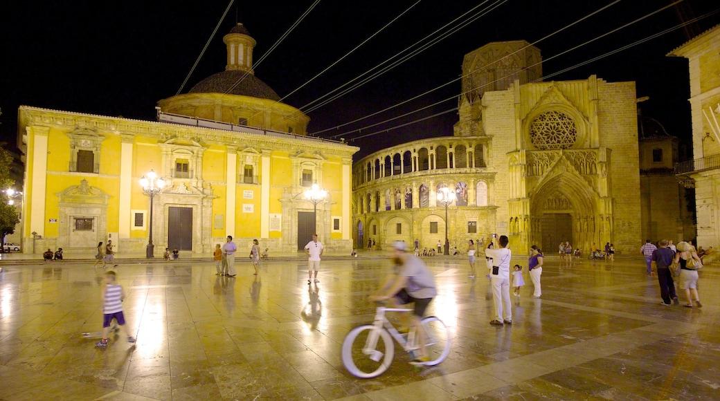 Plaza de la Virgen bevat een stad, historische architectuur en een kerk of kathedraal