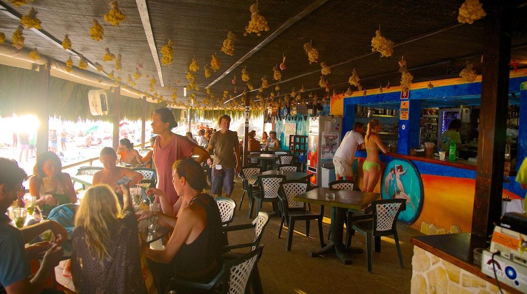 Spiaggia di Las Salinas che include bar sulla spiaggia, mangiare all\'aperto e strade