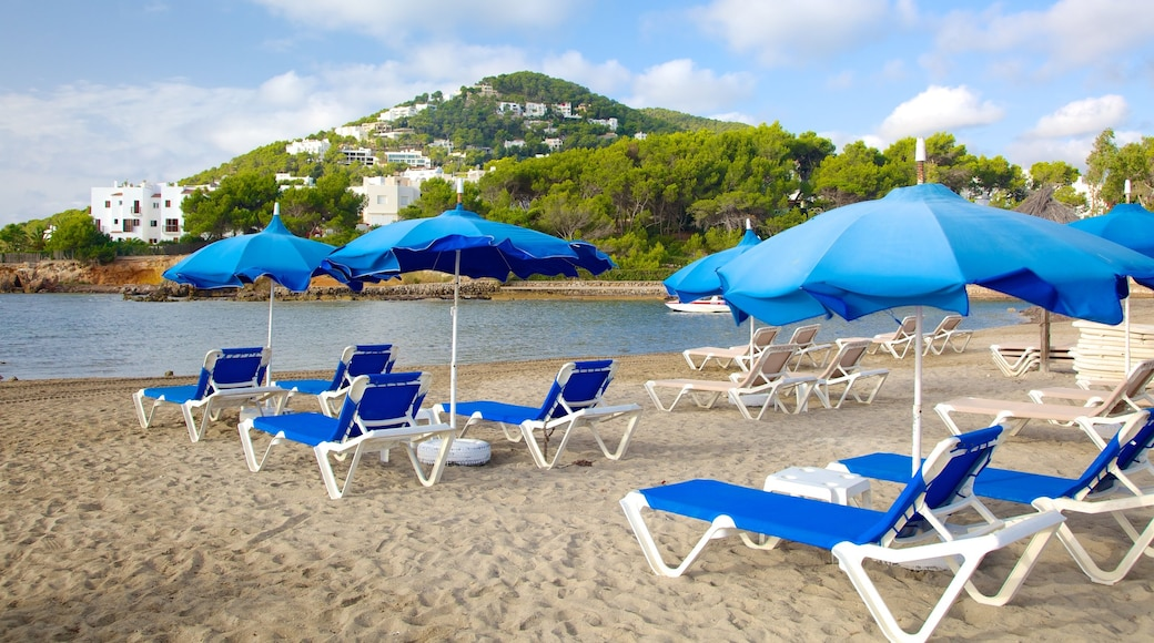 Santa Eulalia del Río ofreciendo una ciudad costera y una playa de arena