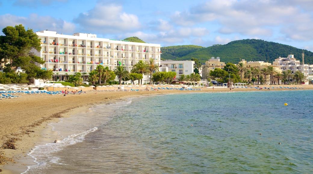 Santa Eulalia del Río que incluye una playa y un hotel o resort de lujo