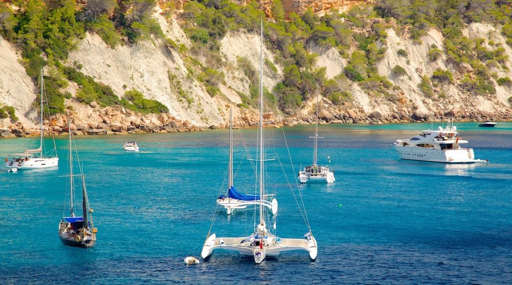 Playa de Cala d\'Hort que incluye costa rocosa, vistas generales de la costa y paseos en lancha