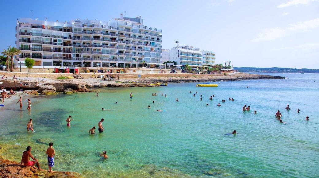 Playa de Caló des Moro ofreciendo un hotel o complejo turístico de lujo, natación y una playa de guijarros