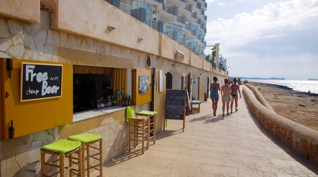 Playa de Caló des Moro mostrando café, una localidad costera y una playa de arena