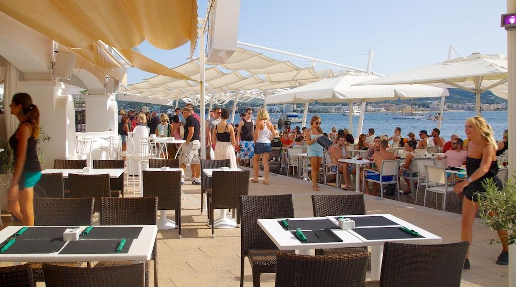 Playa de Caló des Moro bevat een luxueus hotel of resort, algemene kustgezichten en cafésfeer
