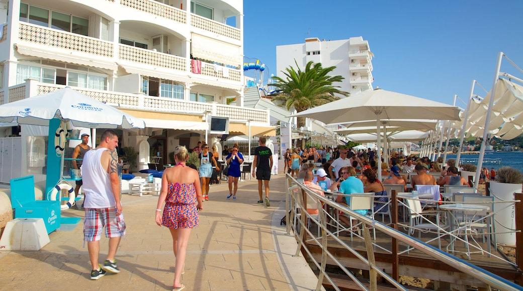 Playa de Caló des Moro que incluye una localidad costera, un hotel y comidas al aire libre