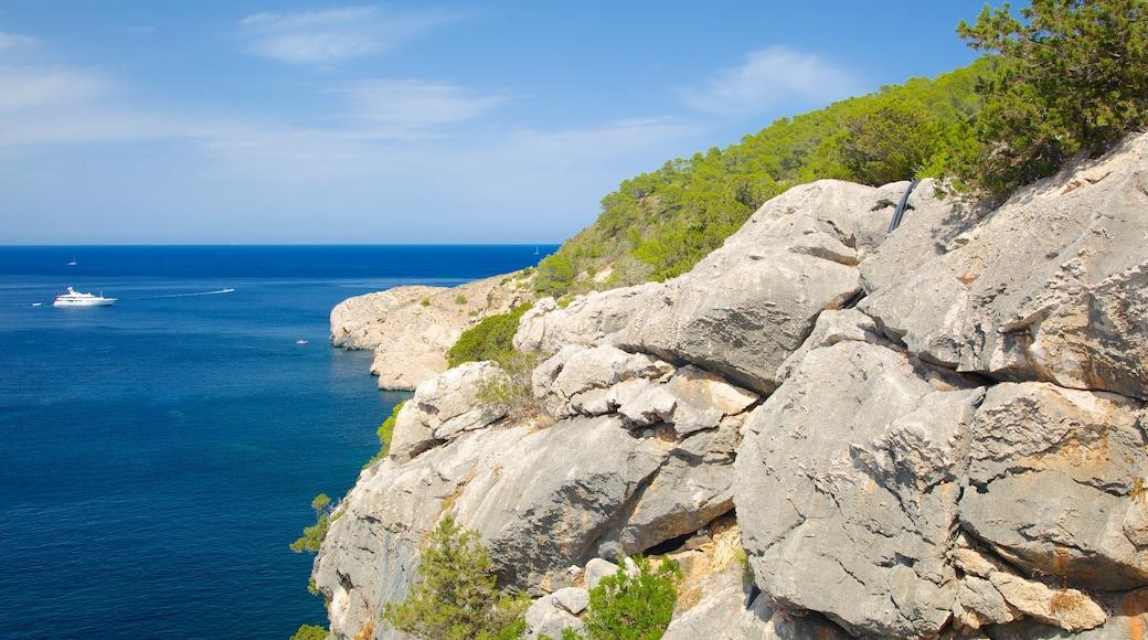 Cova de Can Marçà mit einem Landschaften, schroffe Küste und allgemeine Küstenansicht
