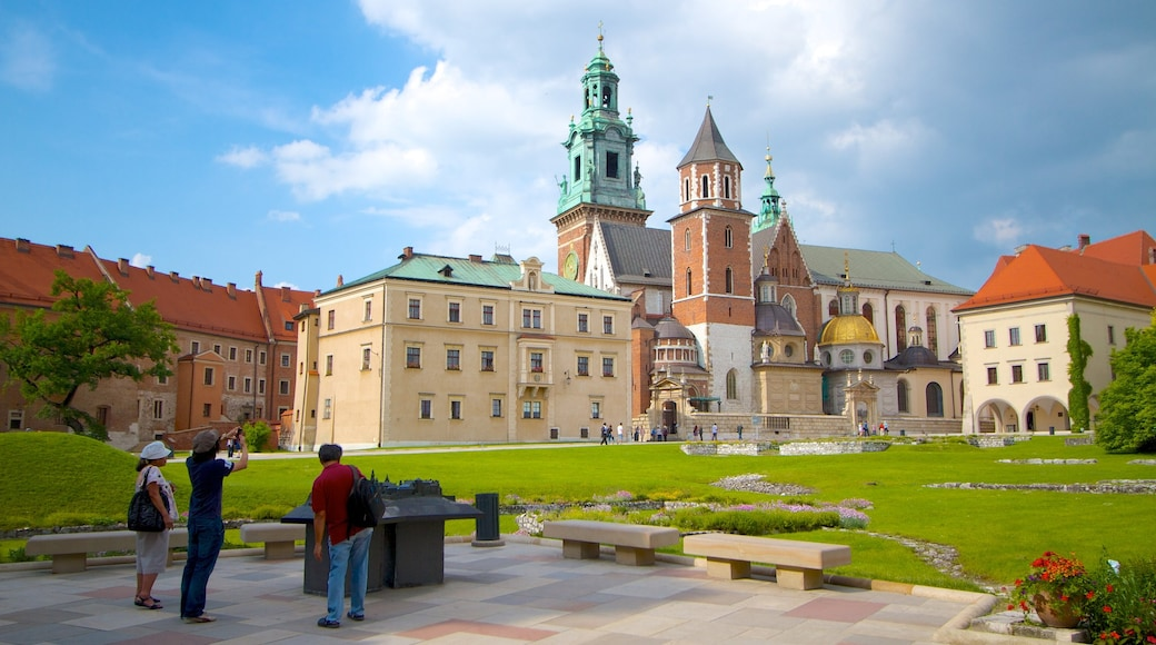 Wawel Castle showing a castle, heritage architecture and a city