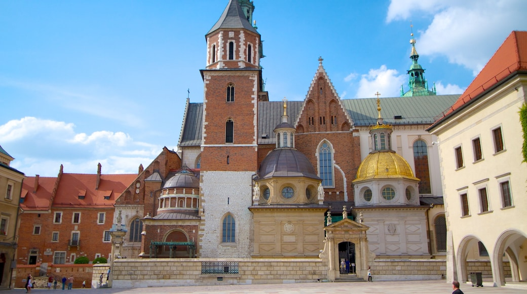 Wawel Castle showing heritage architecture, château or palace and a small town or village