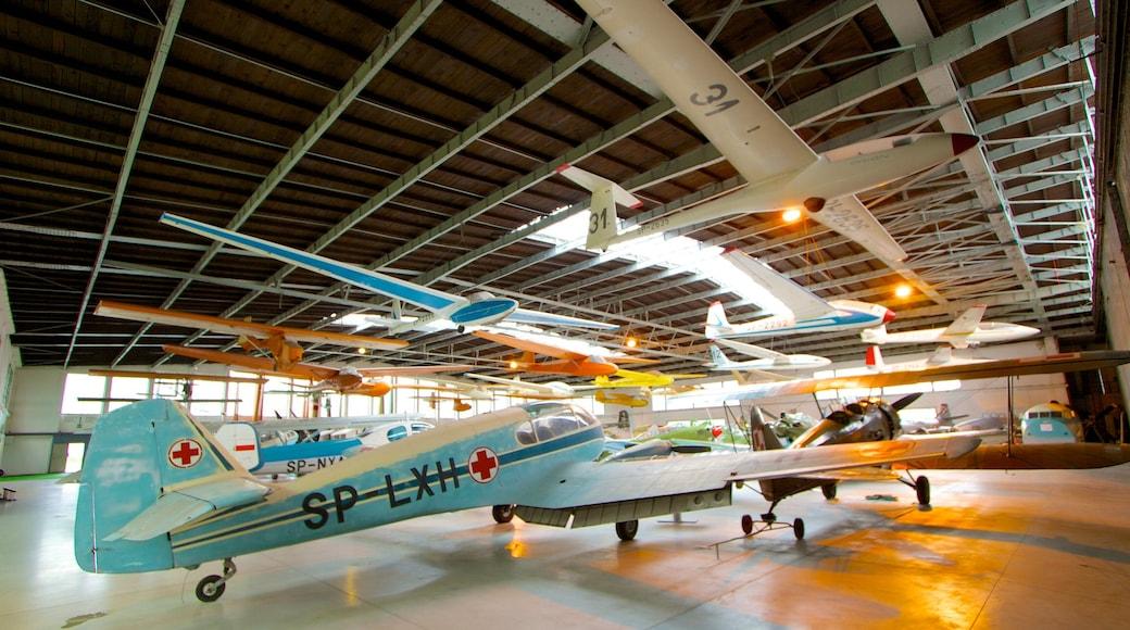Puolan ilmailumuseo johon kuuluu sisäkuvat ja lentokone