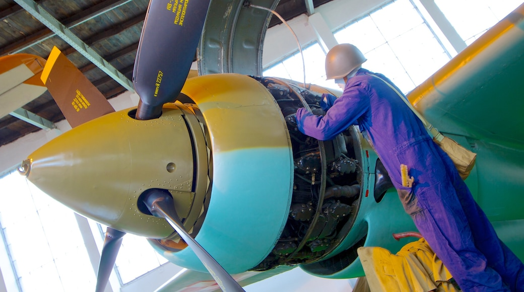 Puolan ilmailumuseo johon kuuluu lentokone ja sisäkuvat