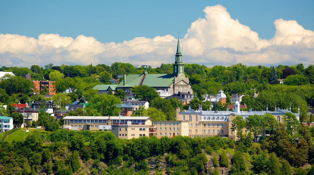 Parks Canada\'s Dufferin Terrace showing skyline and heritage architecture