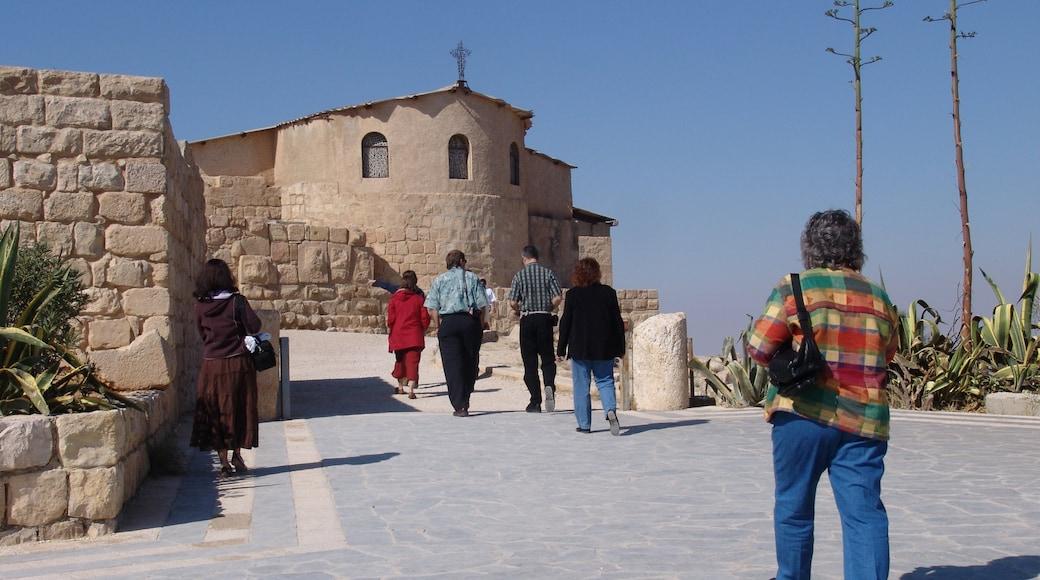 Nebo presenterar religiösa element och historisk arkitektur såväl som en liten grupp av människor