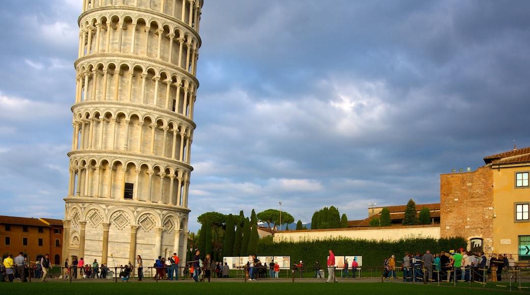 Torre Pendente che include oggetti d\'epoca, architettura d\'epoca e giardino