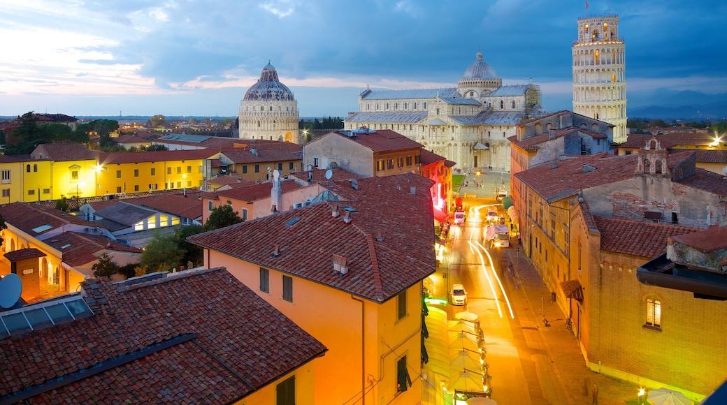 Torre Pendente mostrando paesaggio notturno e città