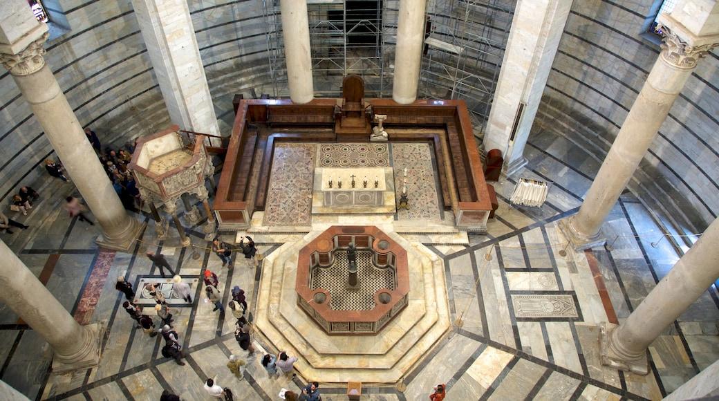Battistero di Pisa che include vista interna, architettura d\'epoca e chiesa o cattedrale