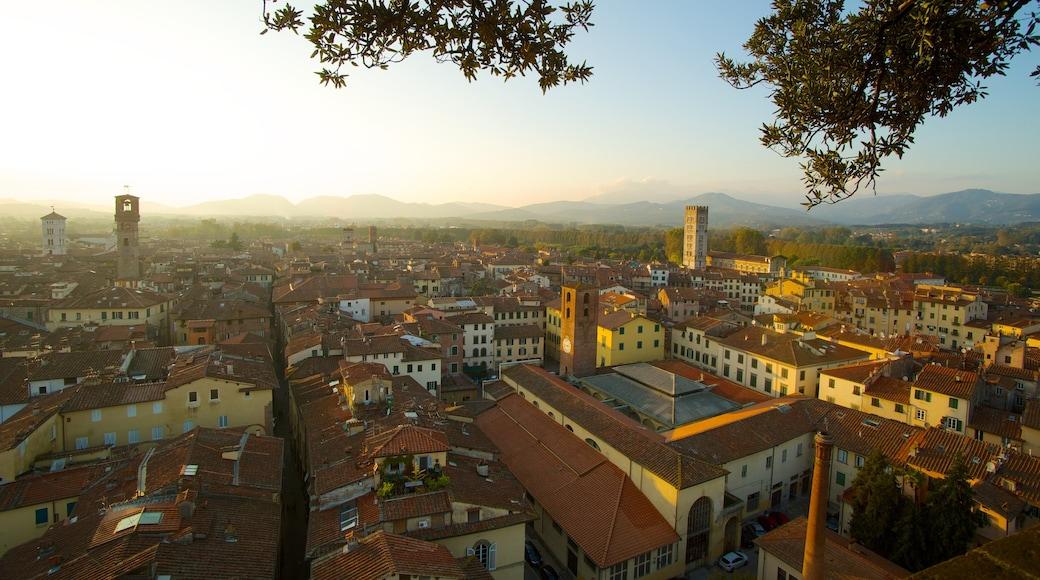 Guinigi Tower mit einem Stadt, Sonnenuntergang und Skyline