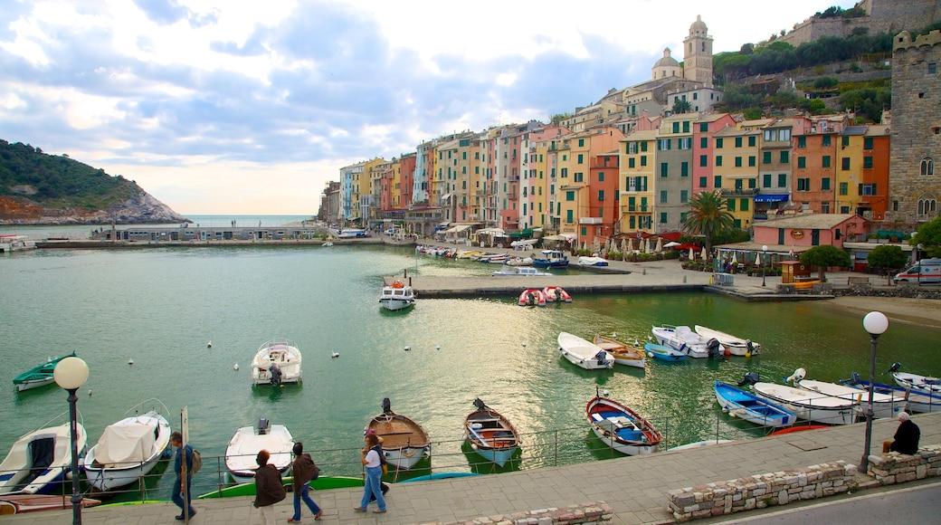 La Spezia bevat een baai of haven, varen en een kuststadje