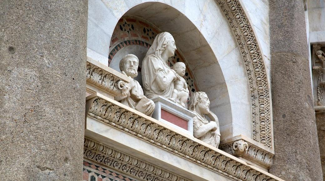 Torre Pendente che include architettura d\'epoca, statua o scultura e arte urbana