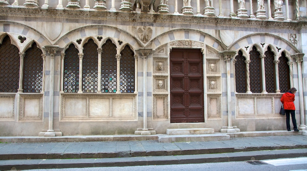Santa Maria della Spina showing heritage architecture, street scenes and a church or cathedral