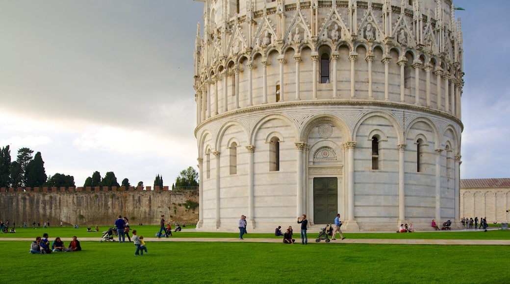 Baptistère de Pise montrant église ou cathédrale, patrimoine architectural et ville