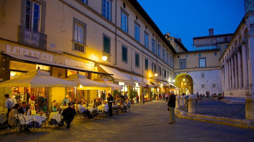 Piazza San Michele che include paesaggio notturno, mangiare all\'aperto e strade