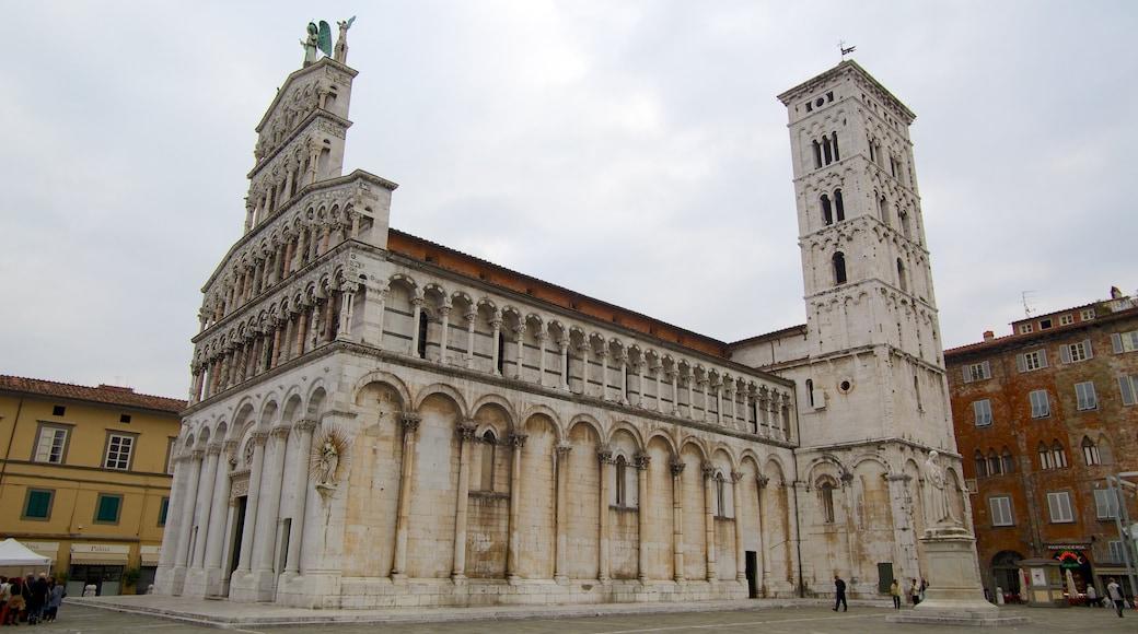 Piazza San Michele che include chiesa o cattedrale, architettura d\'epoca e piazza